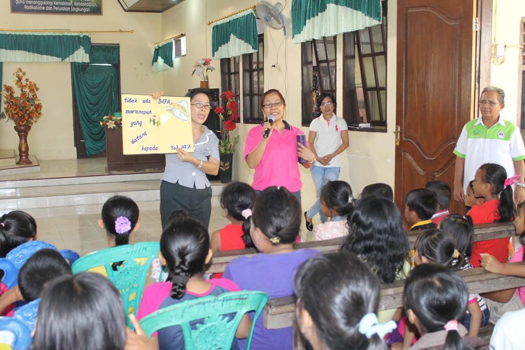 Acara Sekolah Minggu di GMIM, menggunakan pembelajaran buku tanpa kata sebagai metode pengajaran.